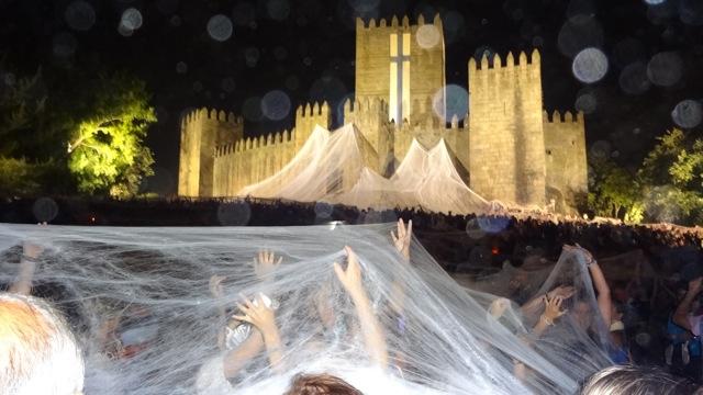 Mascheramento-Urbano-Donato-Sartori-–-Centro-Maschere-e-Strutture-Gestuali-performance-notturna-Tempo-per-rinascere-–-Tempo-para-Renascer-Castello-di-Guimaraes-Portogallo