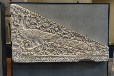 DSC07577 Pavone di marmo, Longobardo, XIII Cent. Paleo-Christian symbol, Santa Guila, Brescia