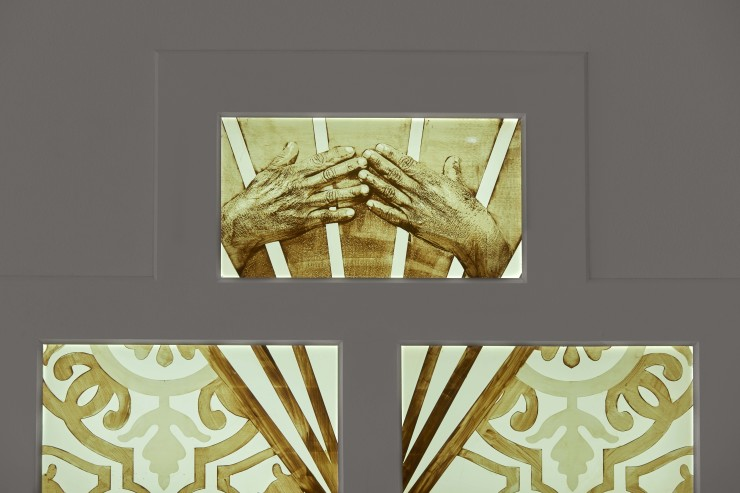 Detail Epifania hands lightbox